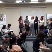 בני הנוער על הבמה בפעילות
