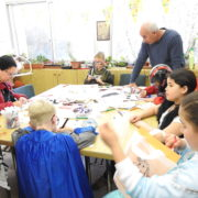 הילדים סביב שולחן היצירה