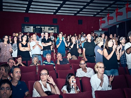 הקהל מריע בסוף המופע