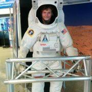 אמיר בחליפת אסטרונאוט