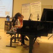 רואן מנגנת על הפסנתר