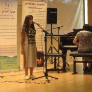 עדן שרה בקונצרט המוסיקה