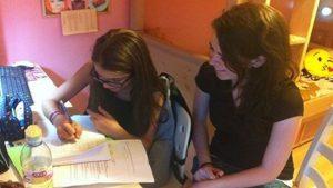 תלמידה ומורה בשיעורי עזר