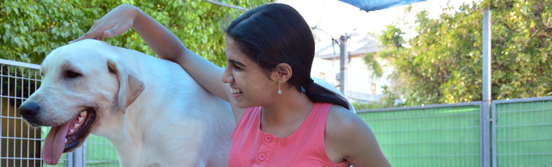 נערה עם לקות ראייה וכלב נחייה
