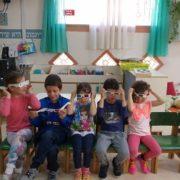 הילדים מרכיבים משקפיים מיוחדות בפעילות ההסברה
