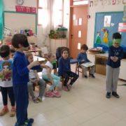 ילדים מכסים את העיניים בפעילות הסברה
