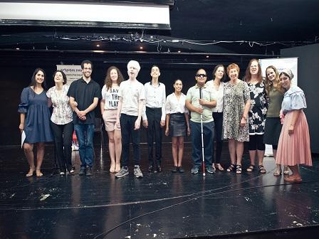 תמונה קבוצתית על הבמה