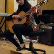 אלאא סאלח בניגון על גיטרה