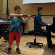 אורי קורש מנגן על הכינור