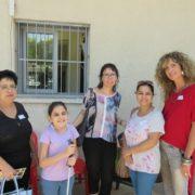 משפחת כהן עם צוות בית-הספר שקיבל אות הוקרה