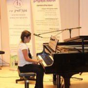 עלמה מנגנת על הפסנתר